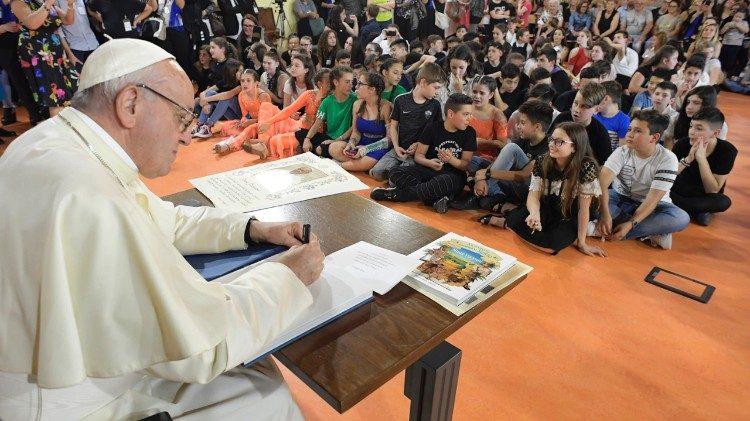 Papa Francisco durante visita à Escola Elisa Scala, em Roma, em maio de 2018